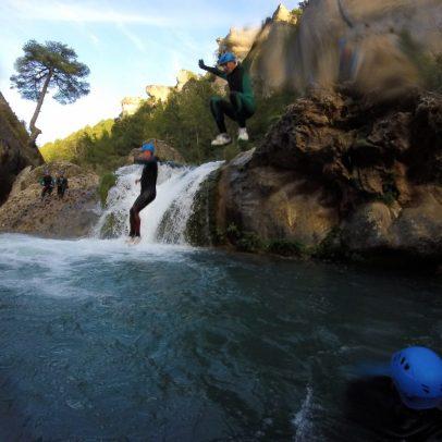 Saltando a la vez en el Ventano del diablo en Cuenca