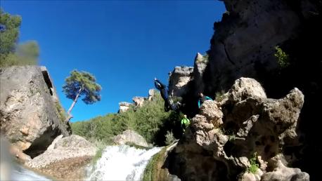 Barranquismo Madrid: Salto junto a la cascada del Ventano del diablo.