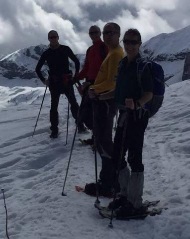 Amigos con raquetas de nieve