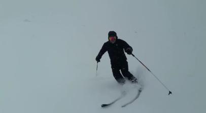 El monitor de esqui, disfrutando de una bajada solito
