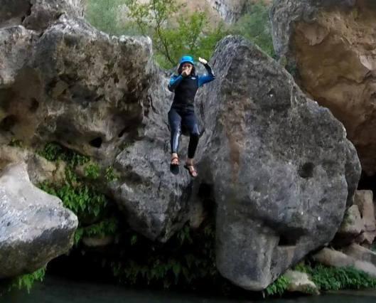 Salto a una poza del barranco