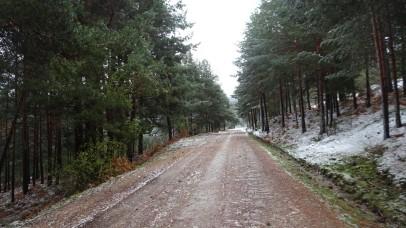 Subiendo por caminos nevados en la Sierra de Guadarrama